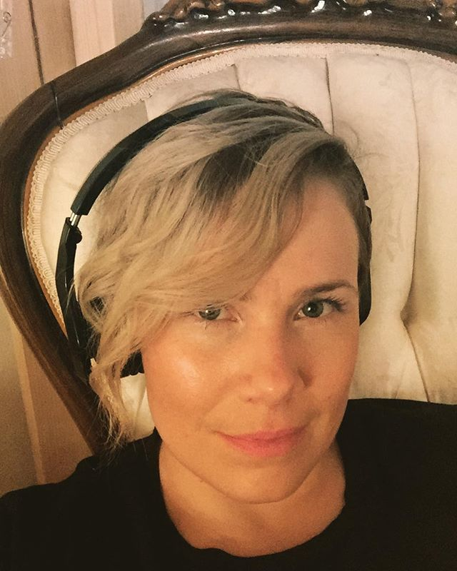 I'm having a hard time deciding which song to cover at my next show. Any suggestion? #latenight #listeningtomusic #sittingonmythrone #singersongwriter #coversong #performance #goodmusic #hardtochoose #sing #nyc #selfie #headphones #pixiecut #armchair #throne #victorian