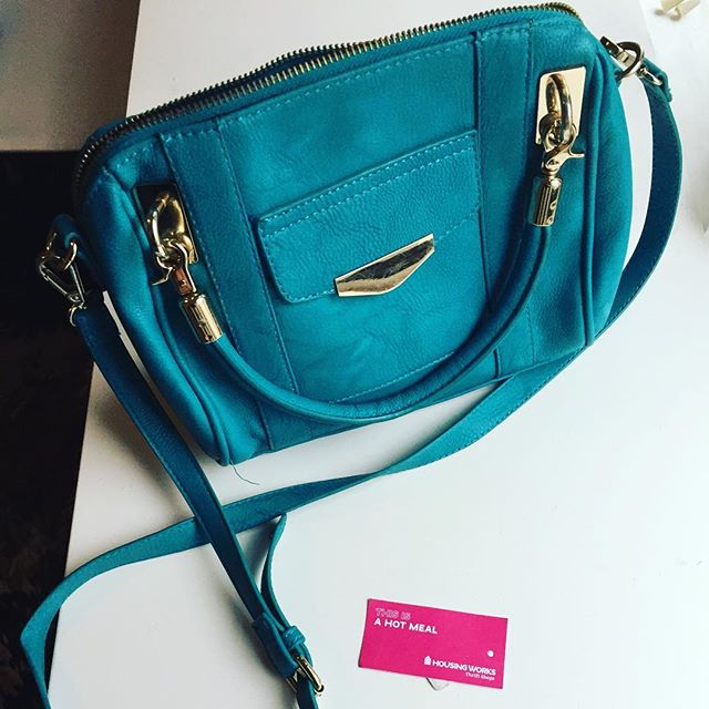 I just bought a meal for someone who is homeless by getting this purse from @housingworks #thriftstorefinds #goodcause #twobirdsonestone #secondhand #recycle #fashion #purse #turquoise #bag #handbags #housingworks #thrift