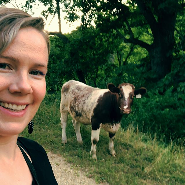 I made new friends in Wisconsin. #selfie #cow #iloveanimals #countryside #farm #happycow #newfriends #travel #simplelife #funny #cute #roadtrip #traveling
