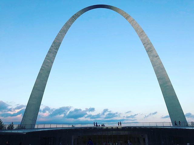 On our way from Chicago to Nashville, we stopped in St. Louis and went to see this humongous arch designed by a Finnish architect Eero Saarinen. #finnishdesign #architecture #art #travel #roadtrip #finnish #usa #stlouis #arch #stlouisarch #eerosaarinen #arkkitehti #suomi #huge #jawdropping #amazing